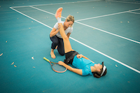 tennis physio treating on court